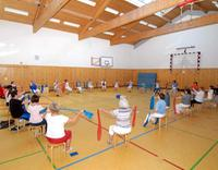 Senioren beim Sport in Turnhalle